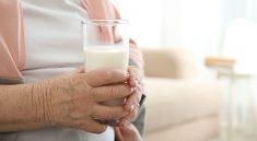 5 Manfaat Susu Untuk Lansia yang Susah Makan